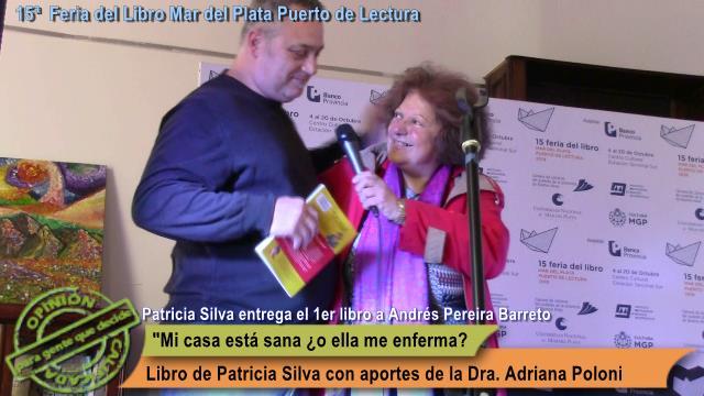 "Momento en el que Andrés Pereira Barreto recibe de manos de la autora Patricia Silva, el primer ejemplar de ""Micasa está sana ¿o ella me enferma?"
