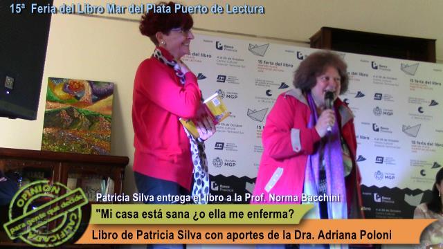 """Patricia Silva, geobióloga y autora del libro """"Vivo en una casa sana ¿o mi casa me enferma?"""" hace entrega de un ejemplar a la Prof. Norma Bacchini"""