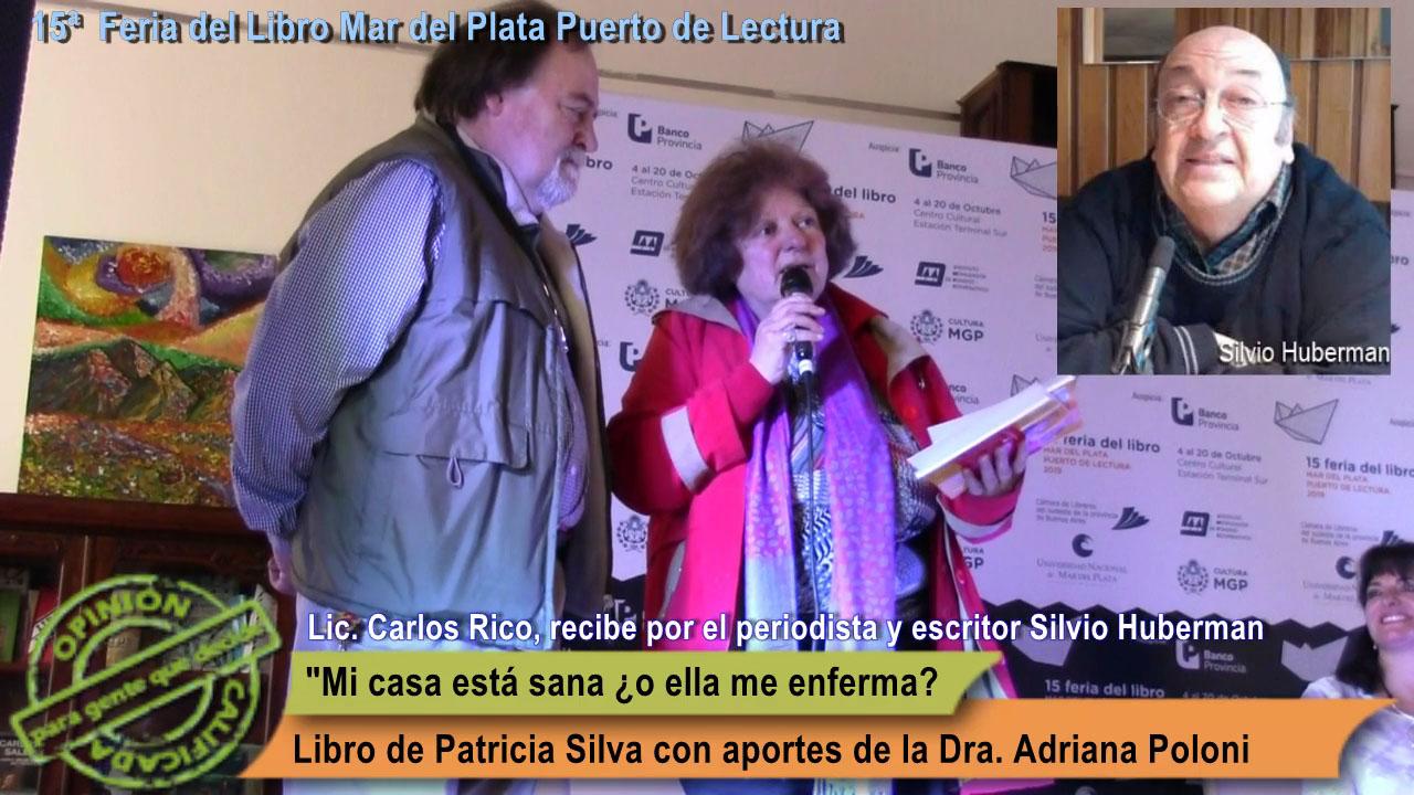 El Lic. Carlos Rico recibe ambos ejemplares. el propio y el correspondiente al periodista y escritor Silvio Huberman.